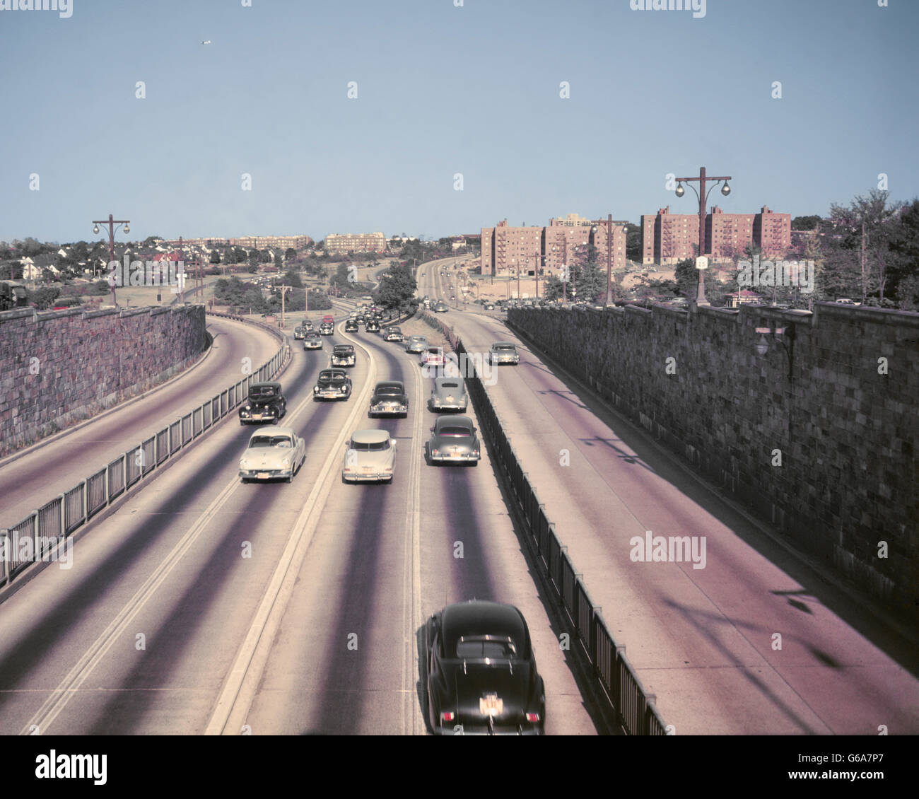 1950s CARS TRAFFIC ON ROUTE 25 QUEENS BOROUGH LONG ISLAND NEW YORK CITY USA - Stock Image