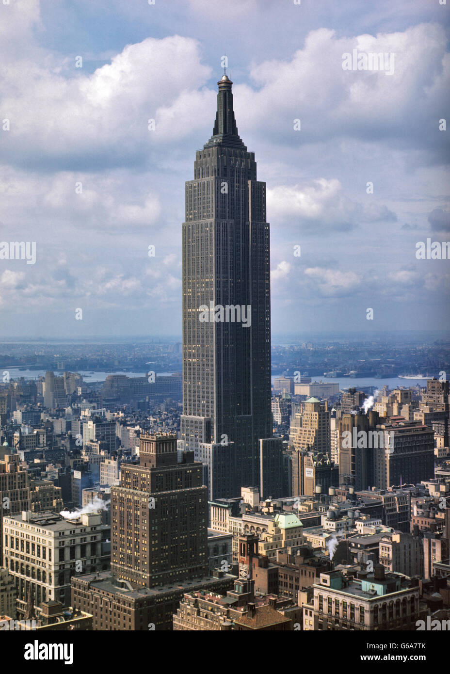 1950s EMPIRE STATE BUILDING TOWERS OVER ITS NEIGHBORS ON 34TH STREET MIDTOWN MANHATTAN NYC USA - Stock Image