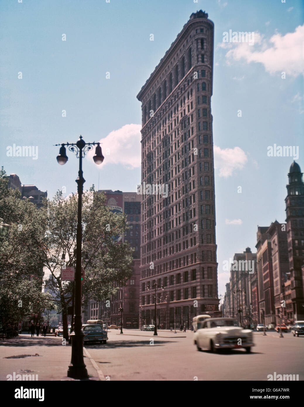 1950s THE FLATIRON BUILDING BUILT IN 1902 23rd STREET AND FIFTH AVENUE ONE OF FIRST SKYSCRAPERS IN MANHATTAN NYC - Stock Image