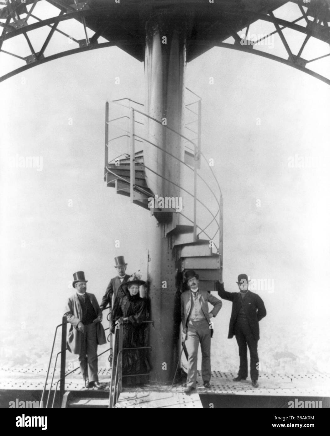 Gustave Eiffel and four other people at the summit of the Eiffel Tower at the time of the Paris Exposition Universelle - Stock Image