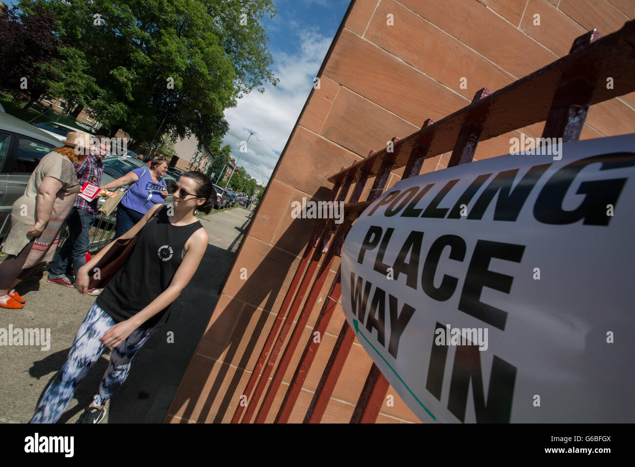 Glasgow, UK. 23rd June, 2016. 'Remain' campaigners stand distributing leaflets, as voting takes place on - Stock Image