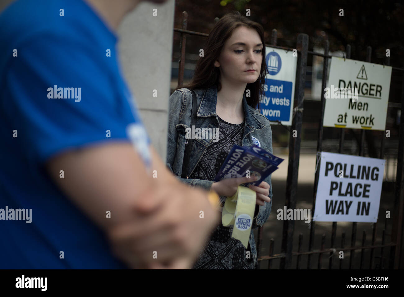Glasgow, UK. 23rd June, 2016. 'Remain' campaigners, Patrick Bourke (foreground) and Emma Russell, stand - Stock Image