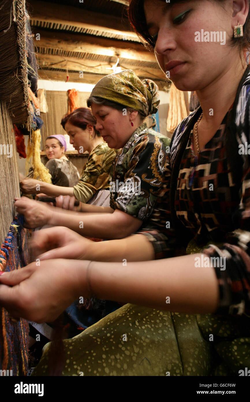 Women weaving a Suzani textile, Khiva, Uzbekistan - Stock Image