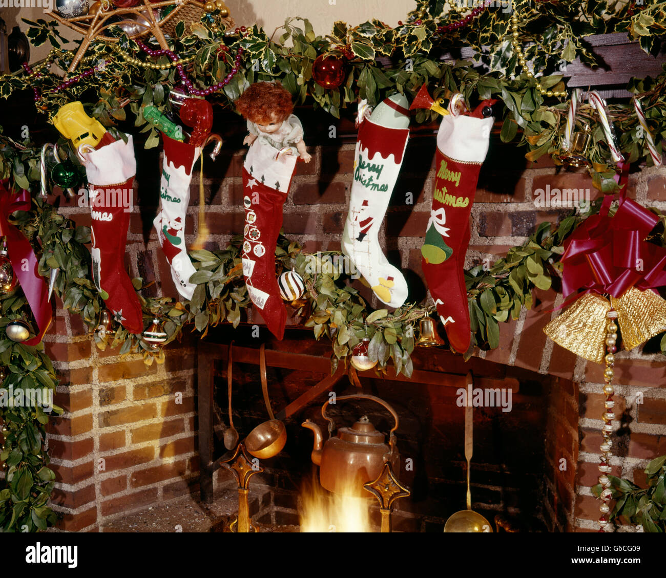Genial 1960s CHRISTMAS STOCKINGS HANGING ON FIREPLACE MANTLE WITH ...