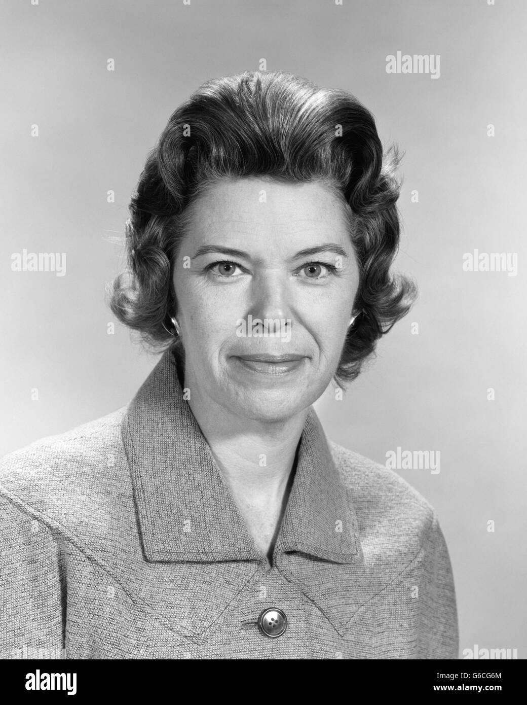 b882fca5d6c 1950s Portrait Smiling Brunette Woman Stock Photos & 1950s Portrait ...