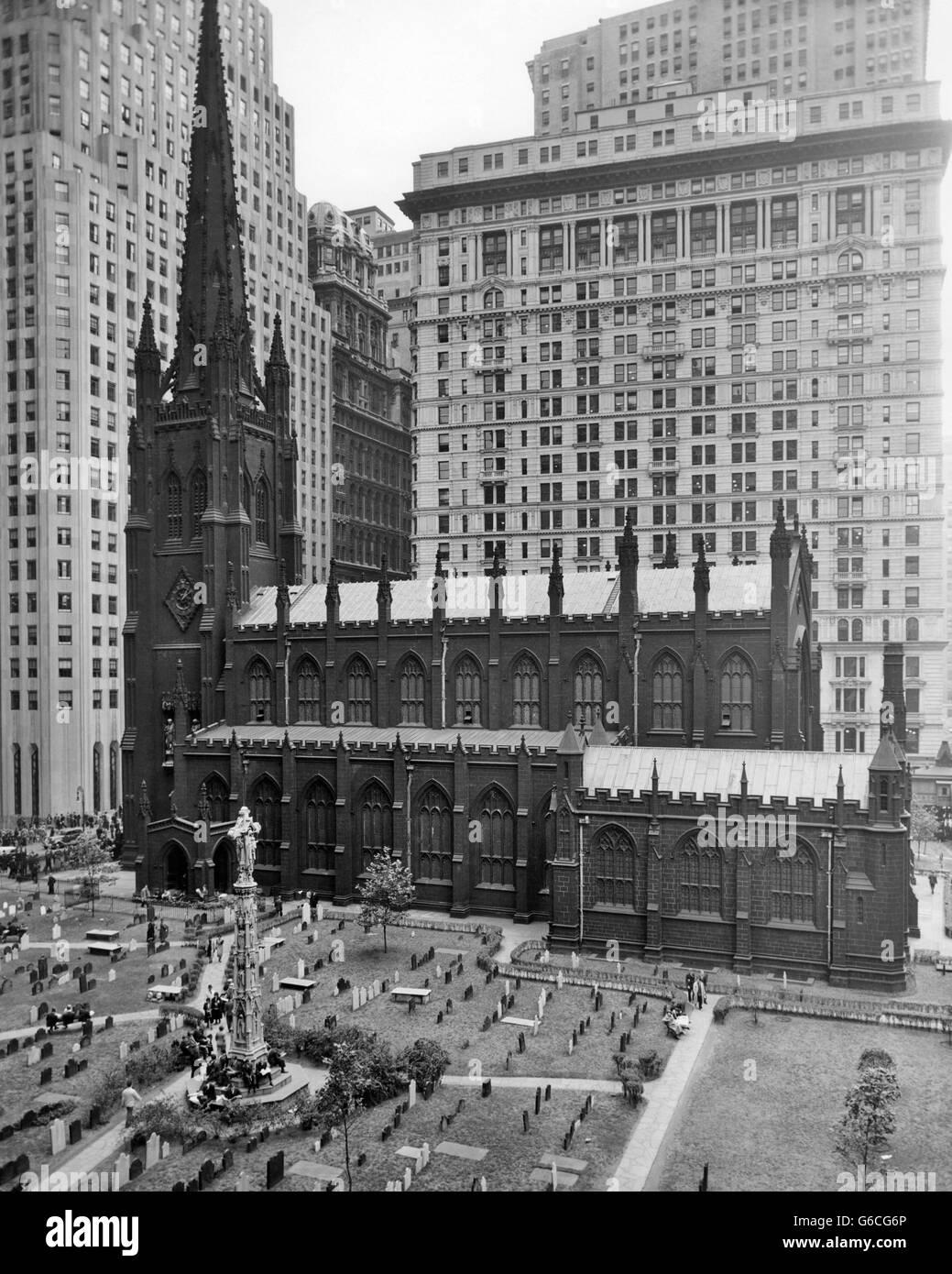 1950s LOOKING DOWN ON TRINITY CHURCH YARD AND CEMETERY DOWNTOWN MANHATTAN NEW YORK CITY NEAR WALL STREET NYC NY - Stock Image