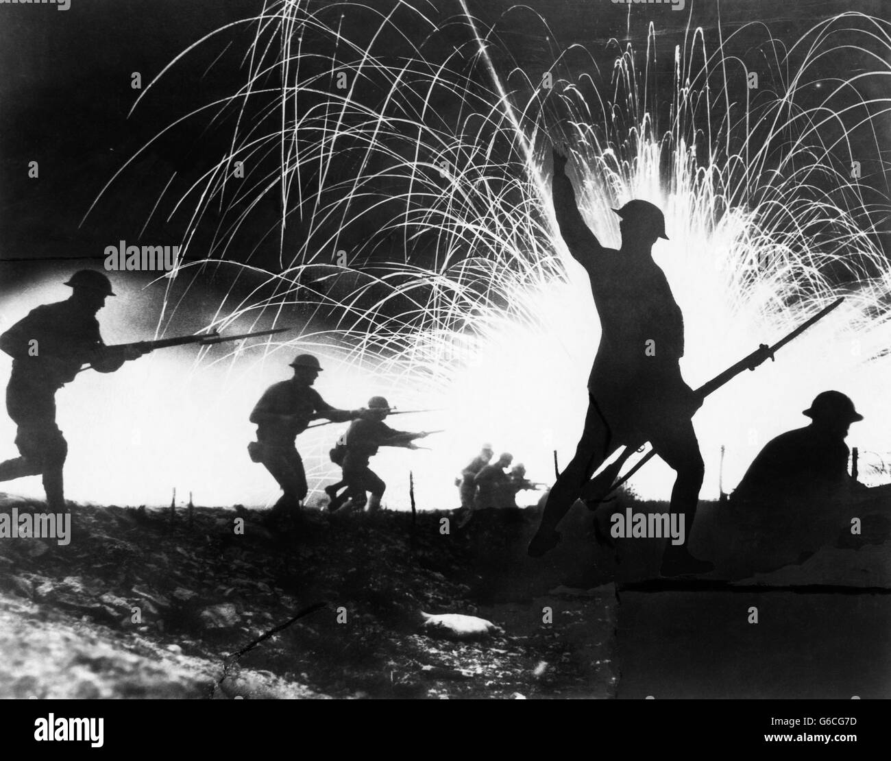 1910s 1918 WORLD WAR I ANONYMOUS SILHOUETTED AMERICAN EXPEDITIONARY FORCE SOLDIERS WITH FIXED BAYONETS CHARGING - Stock Image