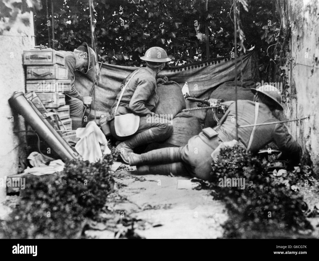 1910s JUNE 1 1918 AMERICAN GUNNERS COMPANY A 7TH MACHINE GUN BATTALION IN THE THICK OF BATTLE IN CITY OF CHATEAU - Stock Image