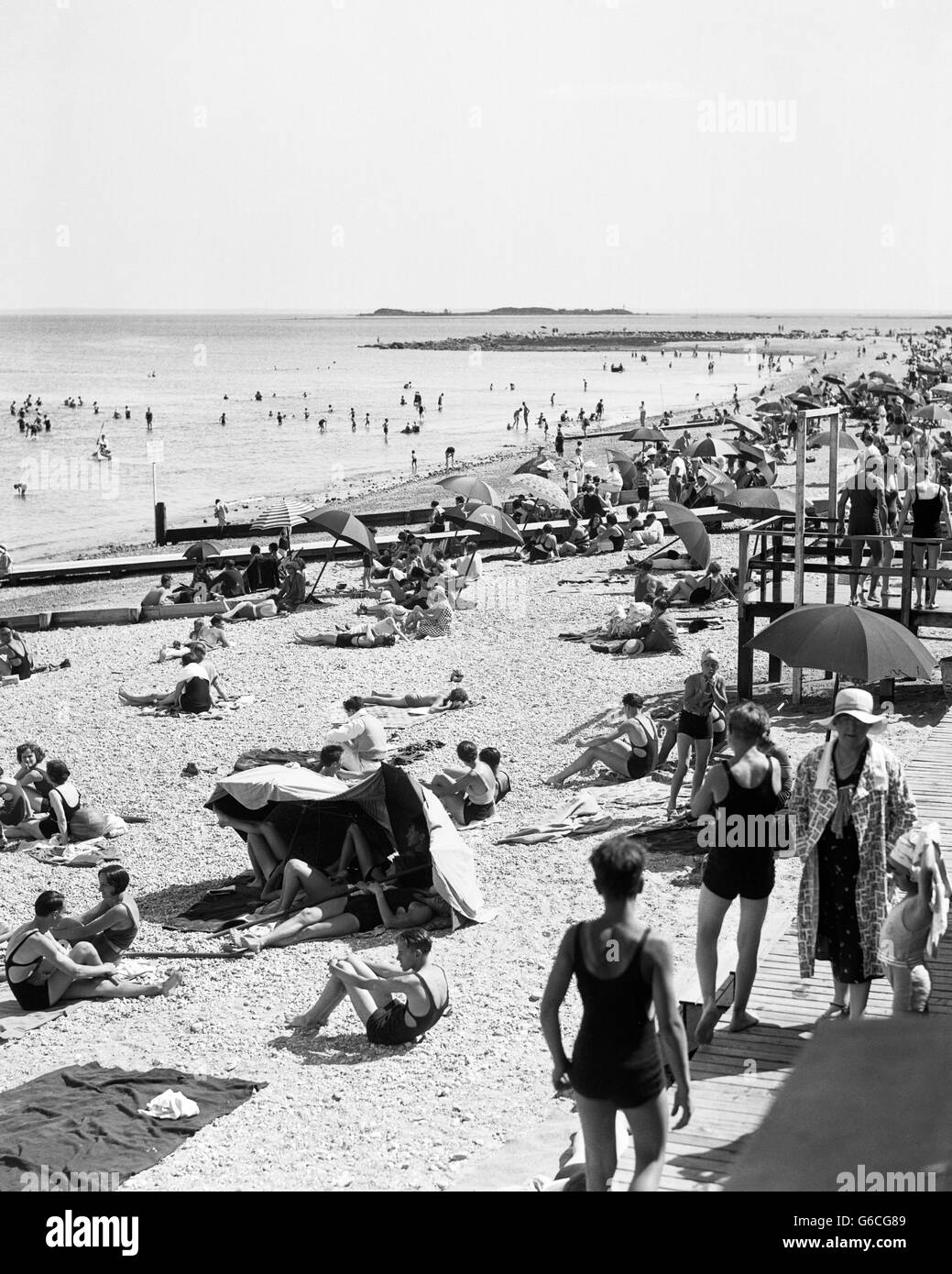 1920s 1930s SUMMER CROWD ON PUBLIC COMPO BEACH IN WESTPORT FAIRFIELD COUNTY CONNECTICUT USA - Stock Image