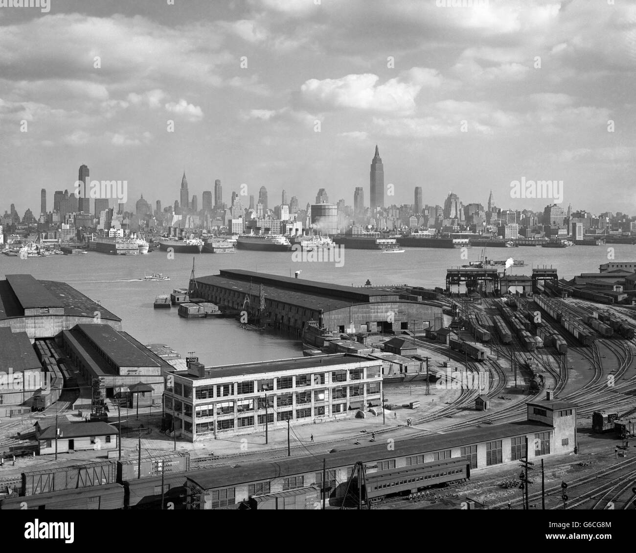 1930s MANHATTAN NYC SKYLINE ROCKEFELLER CENTER TO 14TH STREET AND OCEAN LINERS VIEW FROM WEEHAWKEN NJ USA Stock Photo