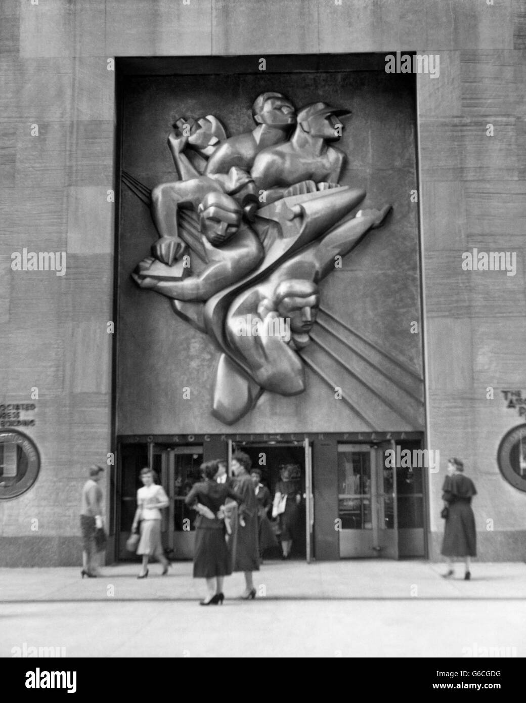 1940s 1950s ROCKEFELLER CENTER ART DECO BAS RELIEF NEWS BY ISAMU NOGUCHI OVER ASSOCIATED PRESS BUILDING NEW YORK - Stock Image