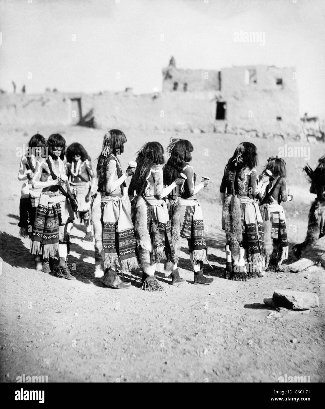 1890s 1896 GROUP OF NATIVE AMERICAN HOPI INDIANS SNAKE DANCE THE ANTELOPE MARCH ORAIBI PUEBLO NAVAJO COUNTY ARIZONA - Stock Image
