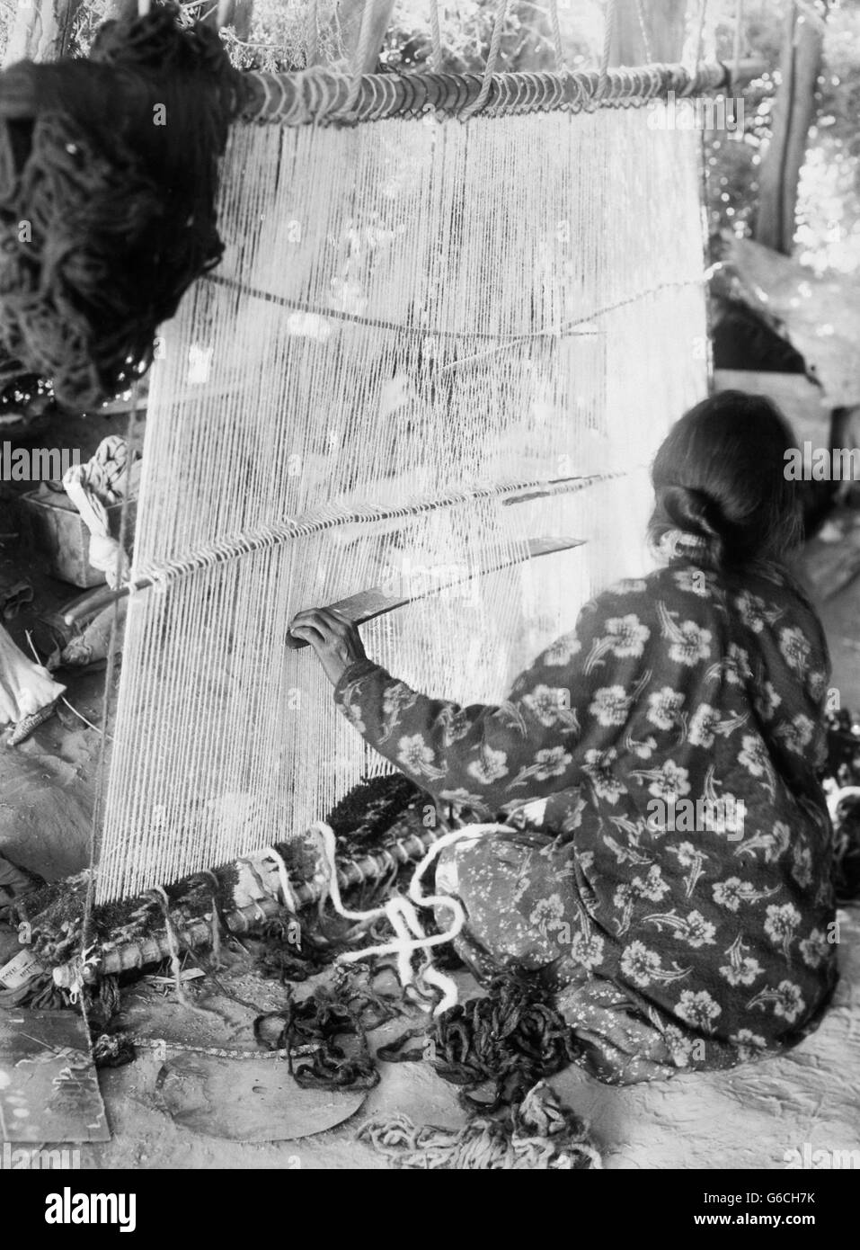 1890s NATIVE AMERICAN INDIAN NAVAJO WOMAN WEAVING CLOTH RUG ON LOOM - Stock Image