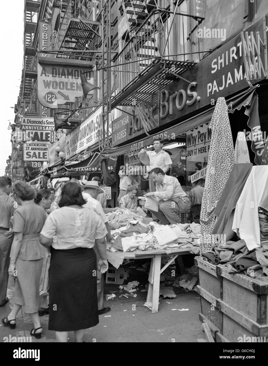1950s SIDEWALK MERCHANTS LOWER EAST SIDE MANHATTAN NEW YORK CITY NY USA - Stock Image