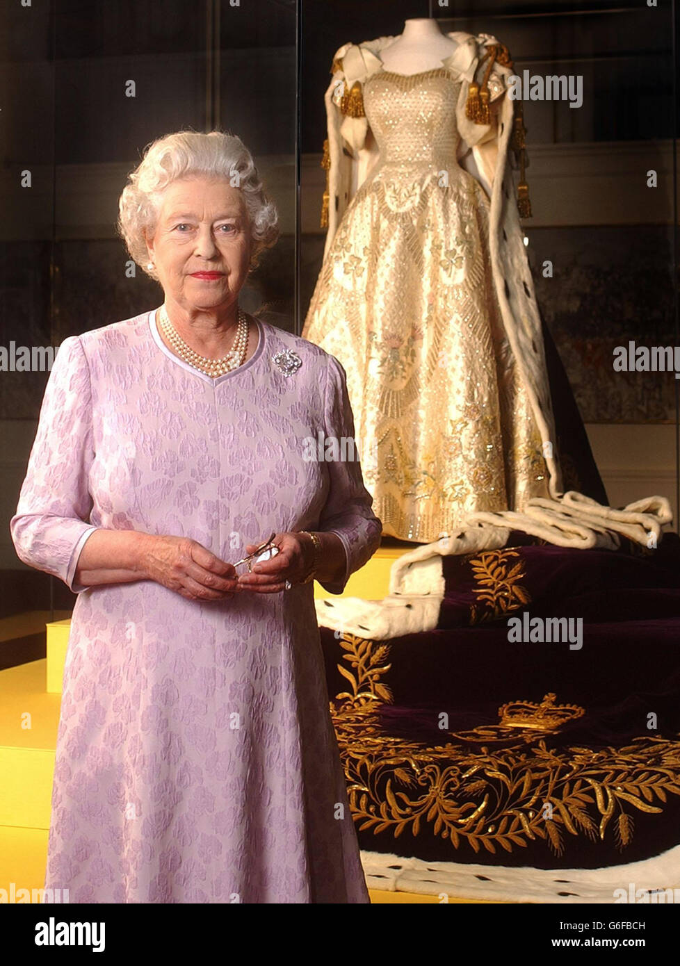 Queen Elizabeth - Coronation dress Stock Photo: 107288401 - Alamy