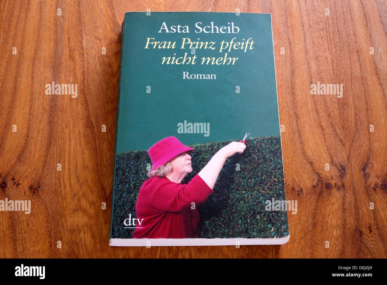 Asta Scheib, Frau Prinz pfeift nicht mehr - Stock Image