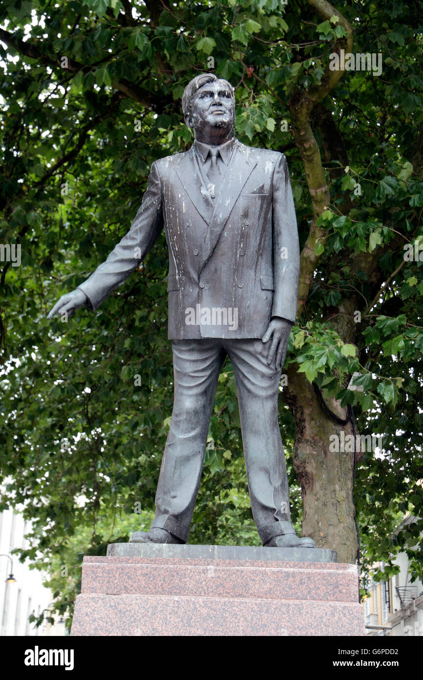 Statue of Aneurin Bevan (by Robert Thomas), founder of the National Health Service in Cardiff, Wales. - Stock Image