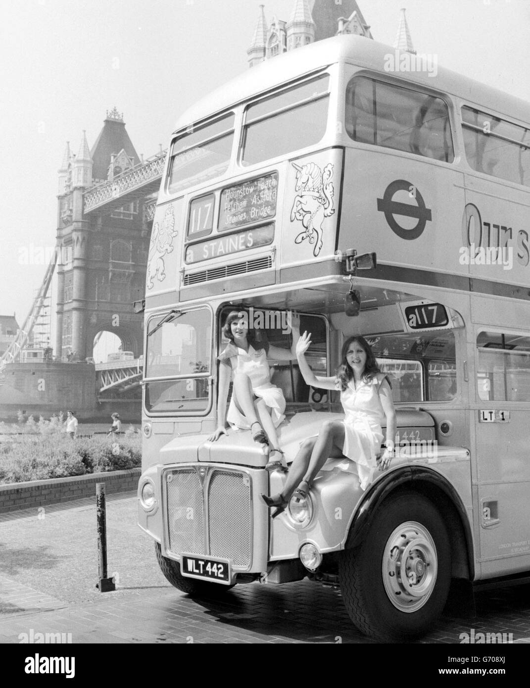 London Buses in Silver Jubilee Gear - Stock Image