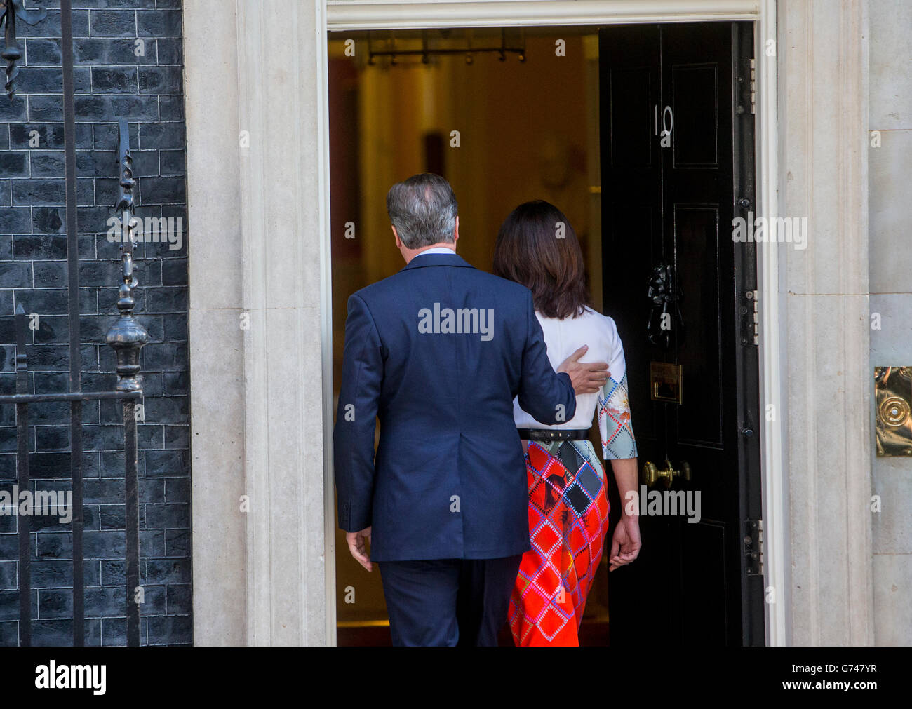 Prime Minister David Cameron with his wife Samantha,returns inside number 10 following his resignation speech - Stock Image