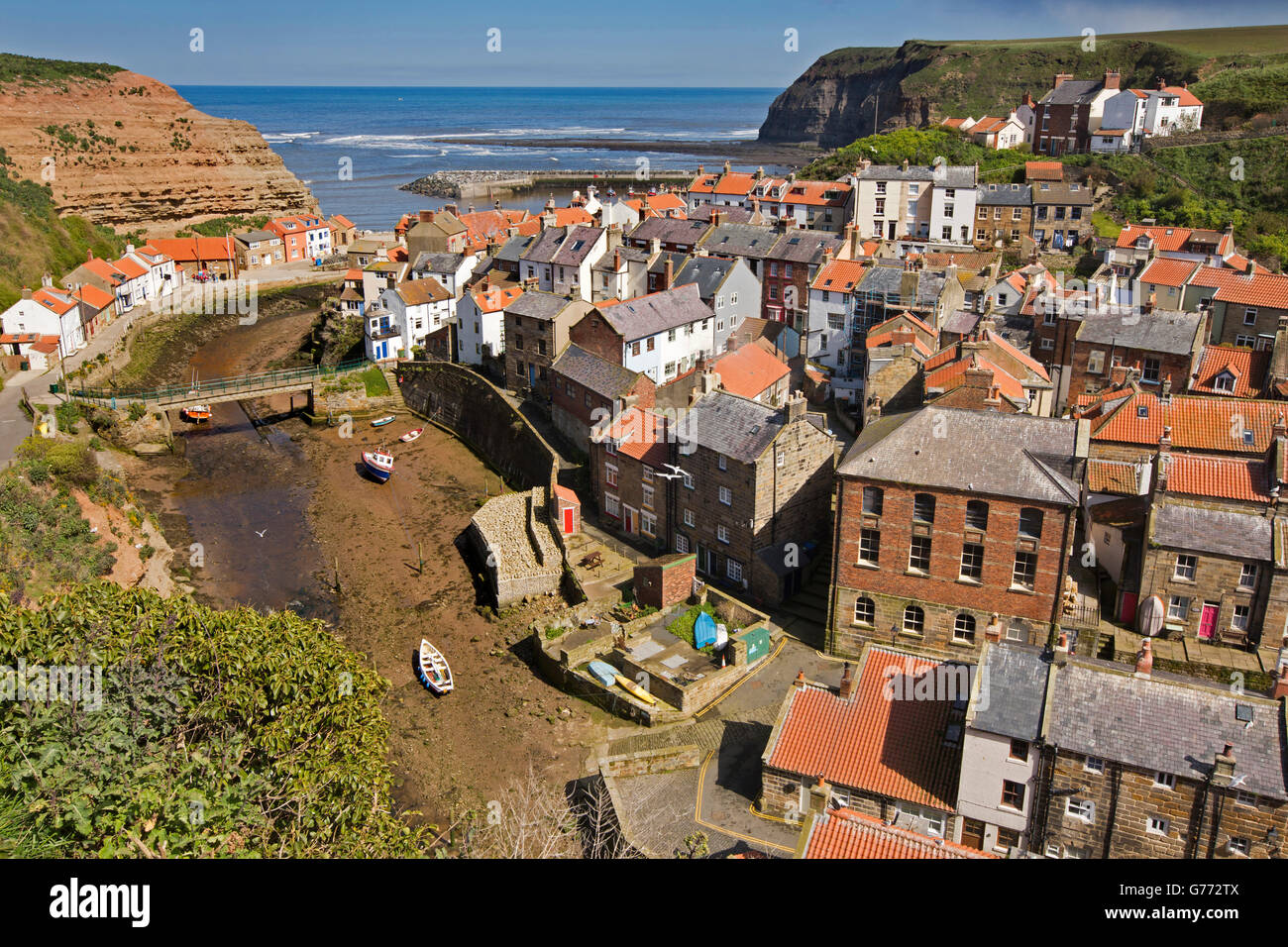 UK, England, Yorkshire, Staithes, elevated view and Staithes Beck from Cowbar Bank - Stock Image