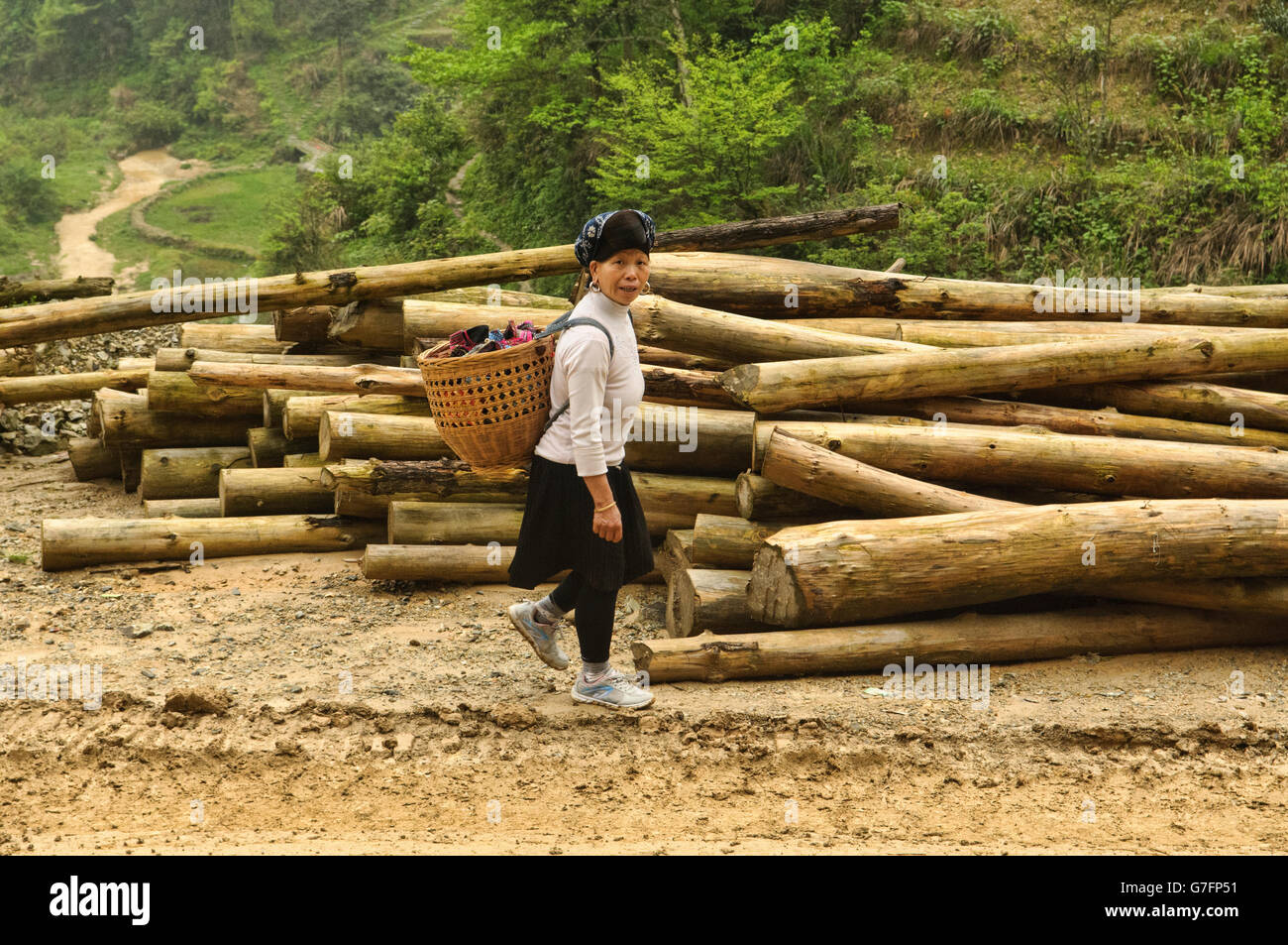 Hilltribe carrying vegetable basket in Guilin, China - Stock Image