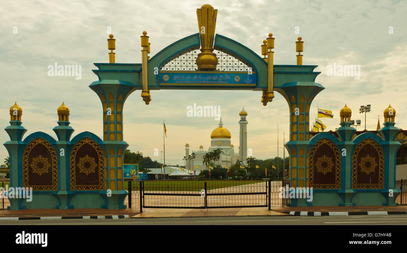 Archway with Sultan Omar Ali Saifuddin Mosque - Stock Image