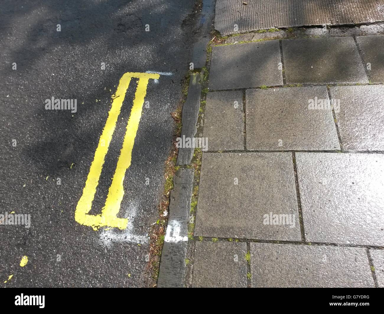 Double yellow lines that measure less than a metre - Stock Image