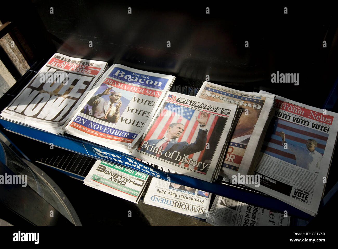 Newspapers on a stand in Harlem, New York, NY, United States, call to vote in the 2008 US general election, 4 November - Stock Image