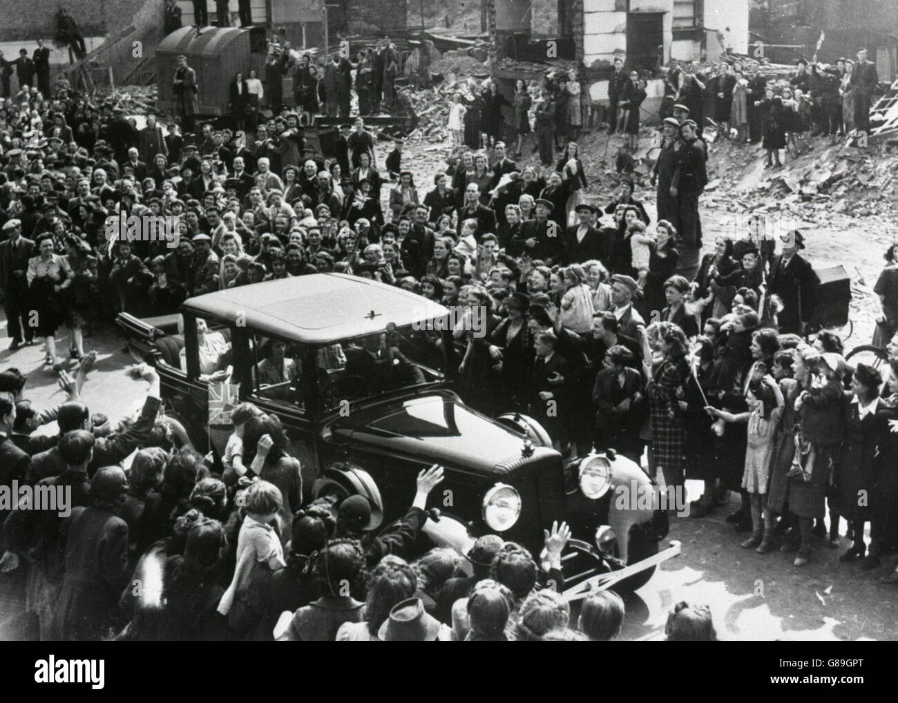 King and Queen Visit East End after Blitz - Stock Image