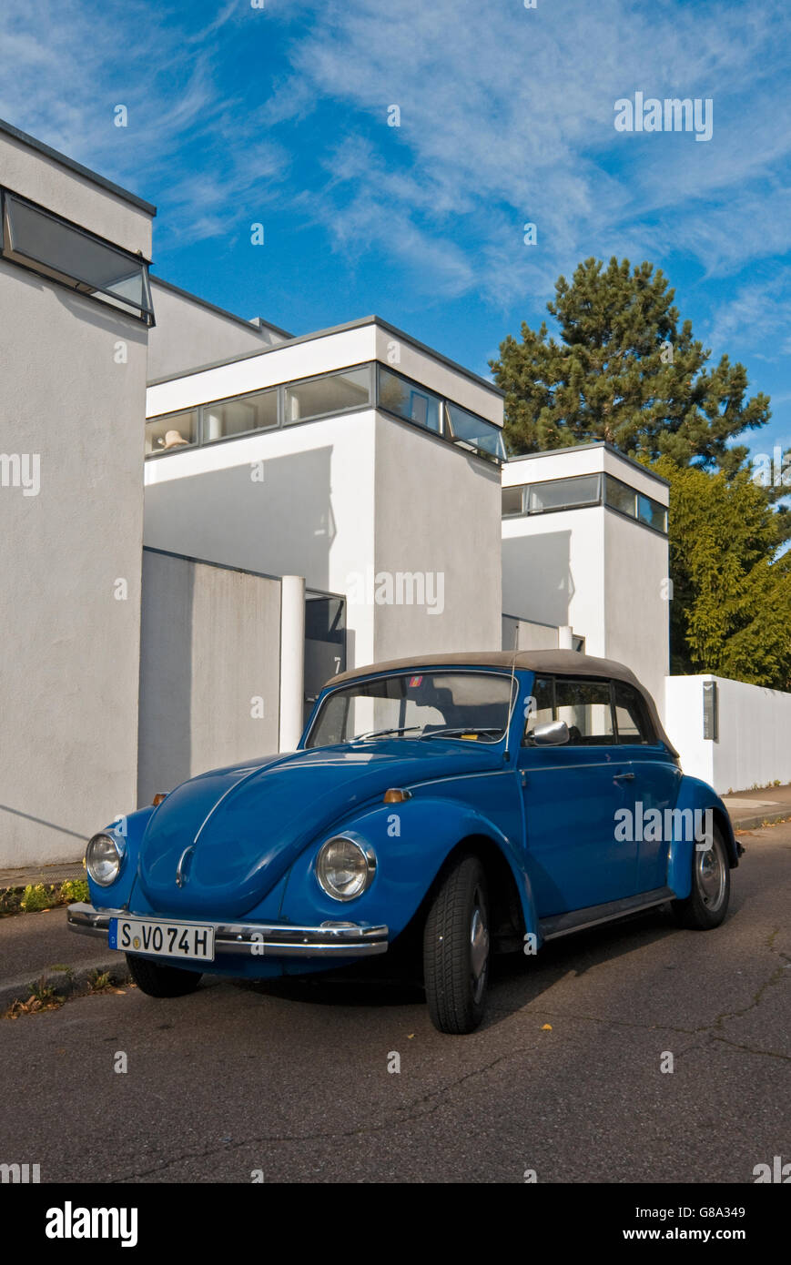 Blue VW Super Beetle 1302 in front of terraced houses by Jacobus Johannes Pieter Oud, at Weissenhofsiedlung, Weissenhof - Stock Image
