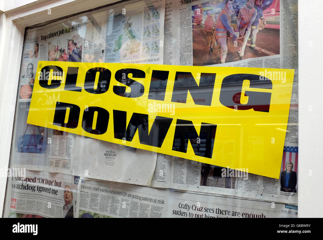 closing down sign in shop window - Stock Image
