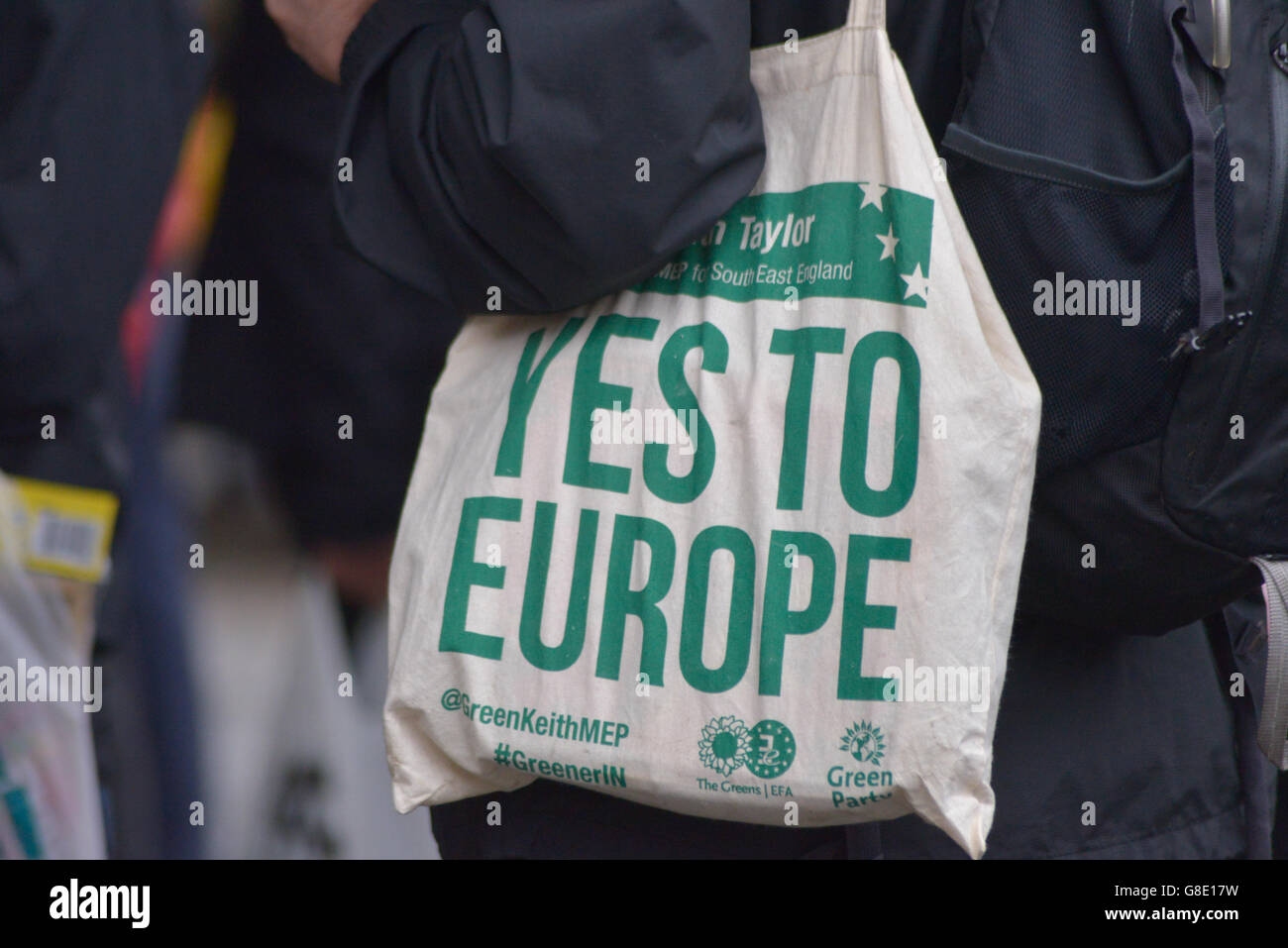 "Manchester, UK. 28th June, 2016. A person holding a canvas bag with the message ""Yes To Europe"" at the 'Undo Brexit' Stock Photo"