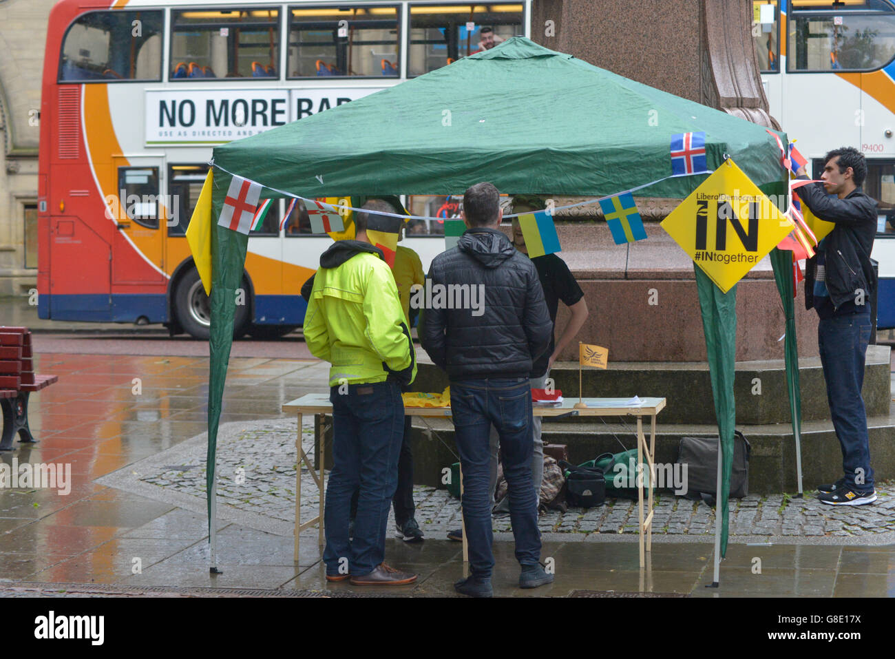 Manchester, UK. 28th June, 2016. People erecting a Liberal Democrat stall at the 'Undo Brexit' demonstration on Stock Photo