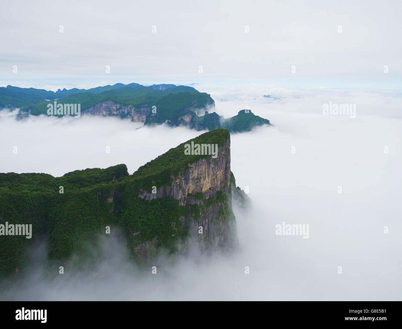 Zhangjiajie. 29th June, 2016. Photo taken on June 29, 2016 shows the scenery of Tianmen Mountain surrounded by fogs - Stock Image