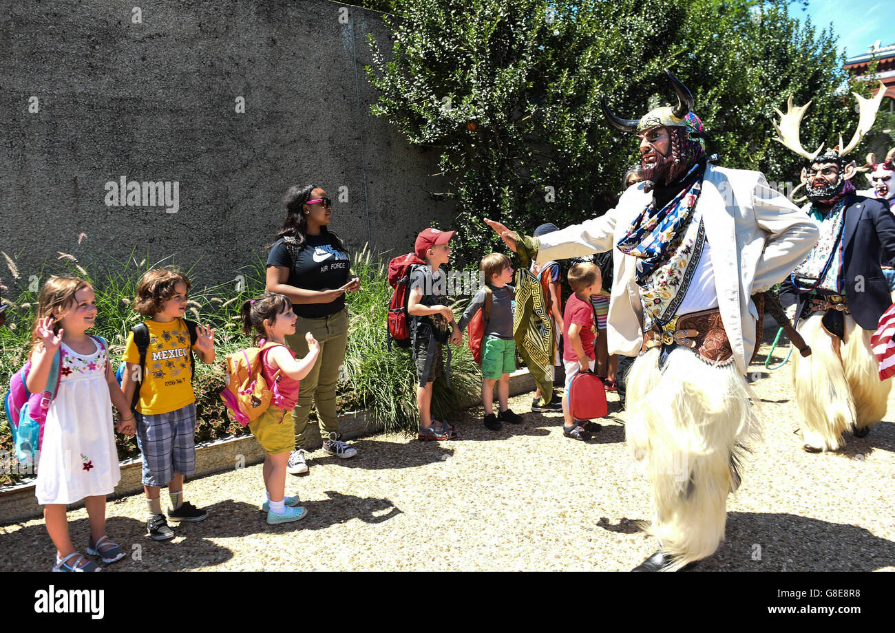 (160629) -- WASHINGTON D.C., June 29, 2016 (Xinhua) -- Performers wearing costumes greet children who watch their - Stock Image