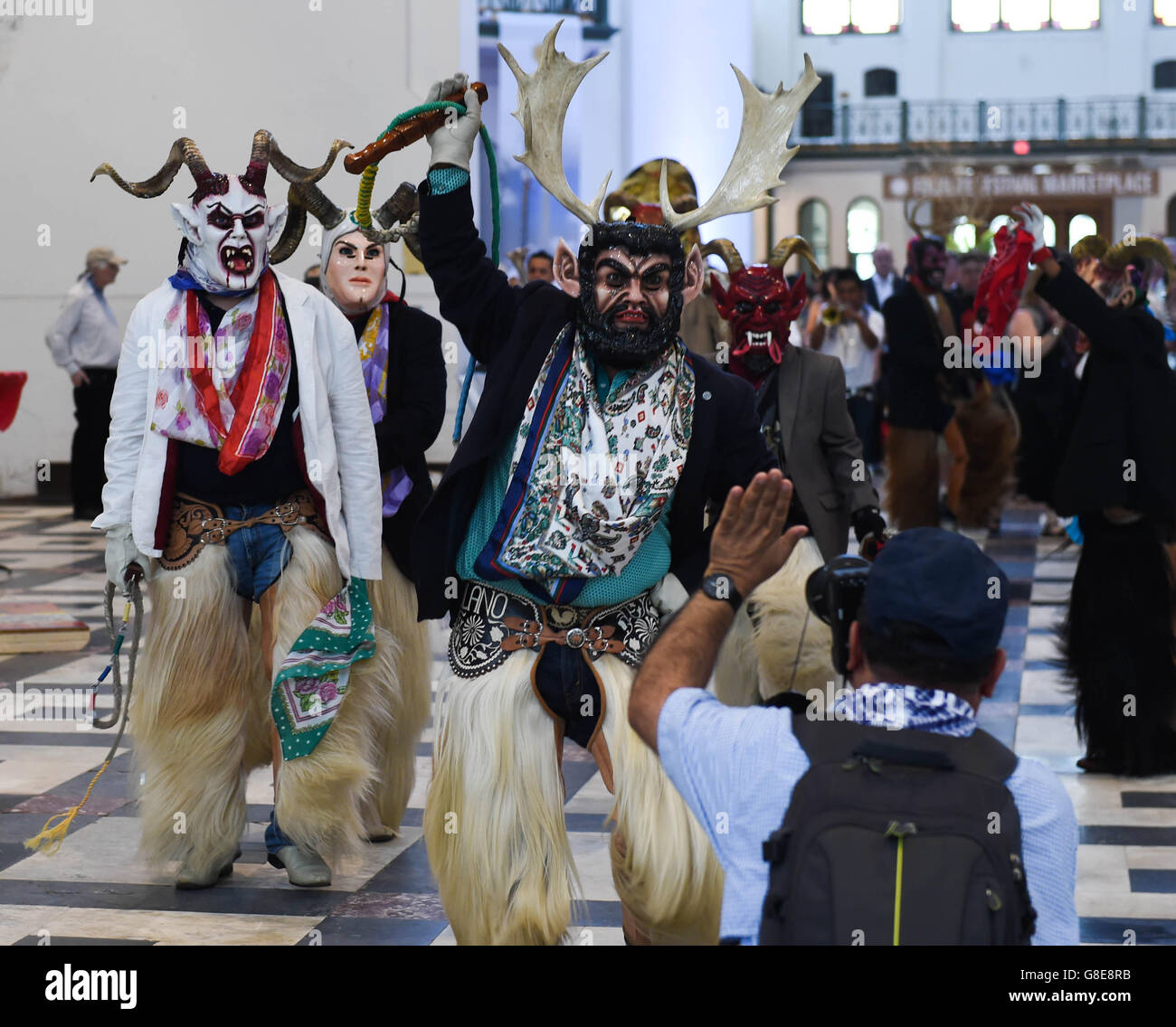 (160629) -- WASHINGTON D.C., June 29, 2016 (Xinhua) -- Performers wearing costumes are seen during the opening ceremony - Stock Image