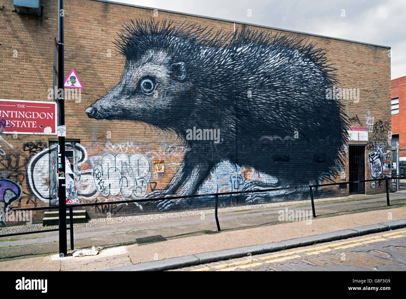 Hedgehog by Belgian street artist Roa in Chance Street, Shoreditch, East London, UK. - Stock Image