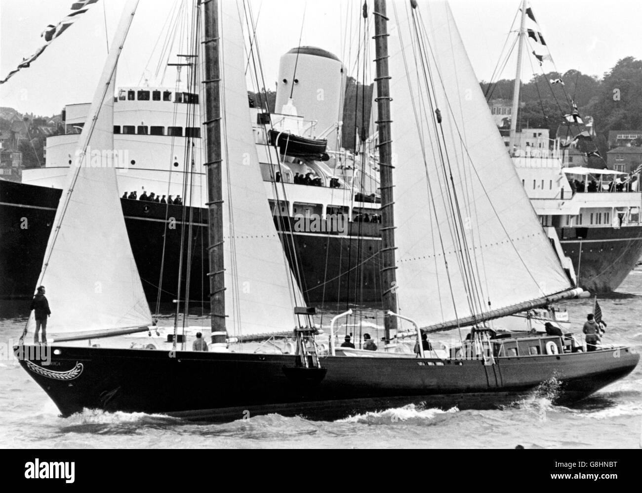 AJAXNETPHOTO. 4TH AUGUST,1974. COWES, ENGLAND. - REPLICA YACHT - THE AMERICAN SCHOONER AMERICA MINUS ITS BOWSPRIT, - Stock Image