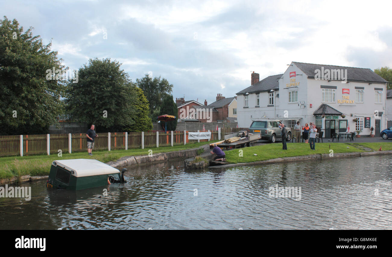 A Land Rover is recovered from Leeds and Liverpool canal at The Slipway pub near Burscough in Lancashire. Stock Photo
