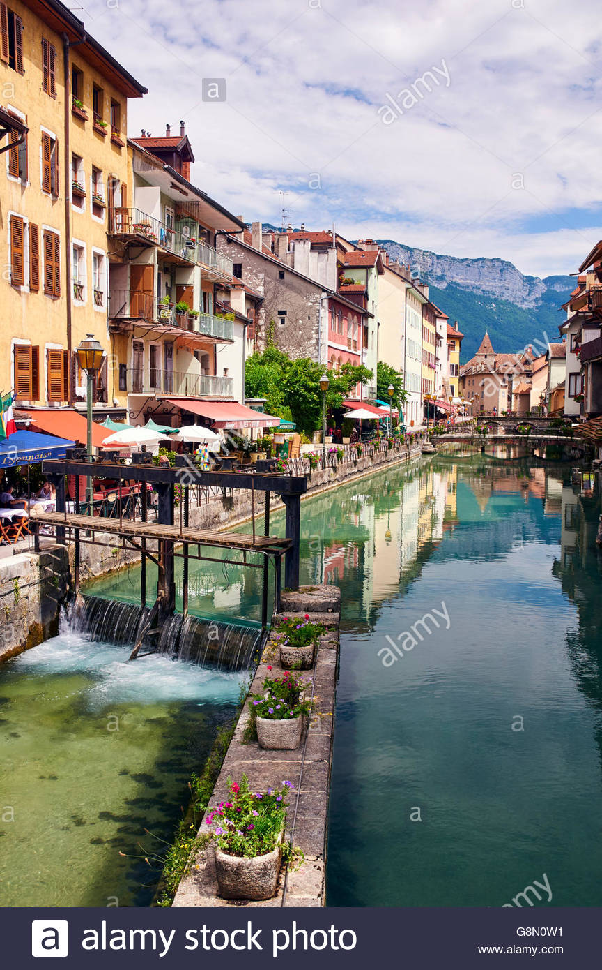 a weir on the canal de thiou in the old town of annecy haute-savoie rhone-alps france with restaurants cafes bars - Stock Image