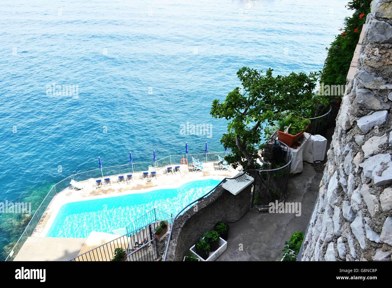 Un tuffo nel blu della costiera amalfitana - Stock Image