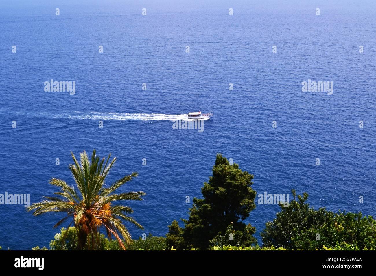 Mar Mediterraneo. n tuffo nel mare blu della costiera amalfitana - Stock Image