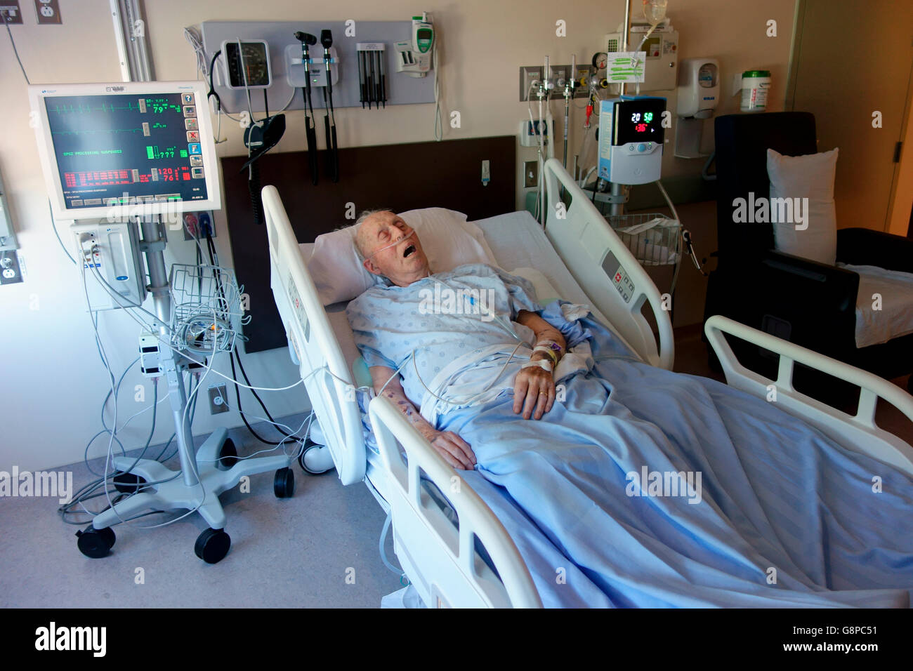 A 92 year old man in the intensive care unit of a hospital - Stock Image