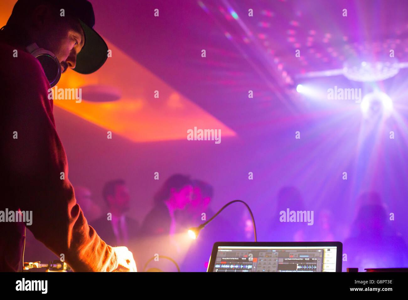 DJ equipment turntable computer disco - Stock Image