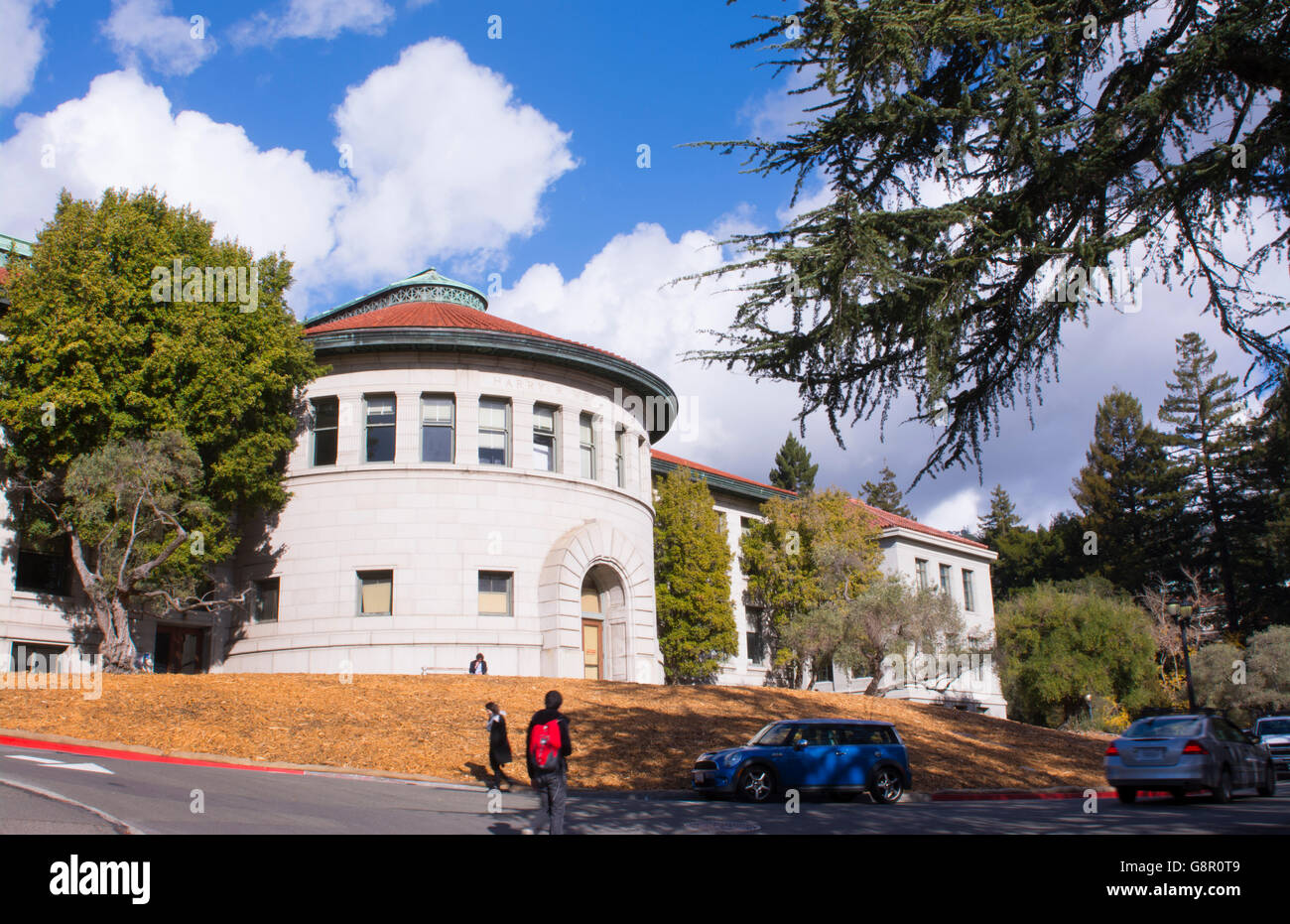 University of California at Berkeley with students walking in front of Harry Wellman Hall on campus - Stock Image