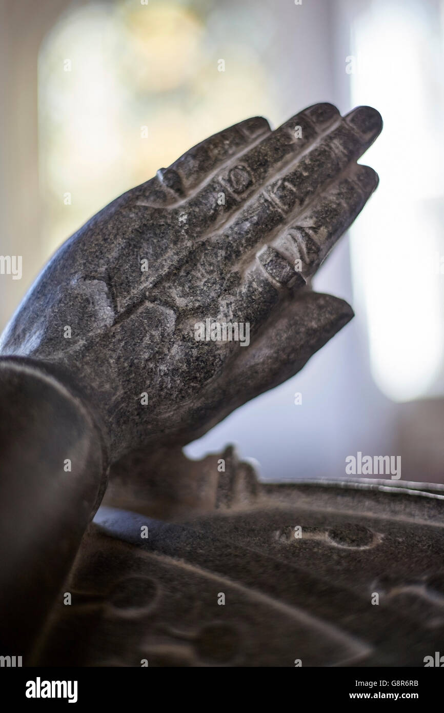 preying hands on statue on memorial grave - Stock Image