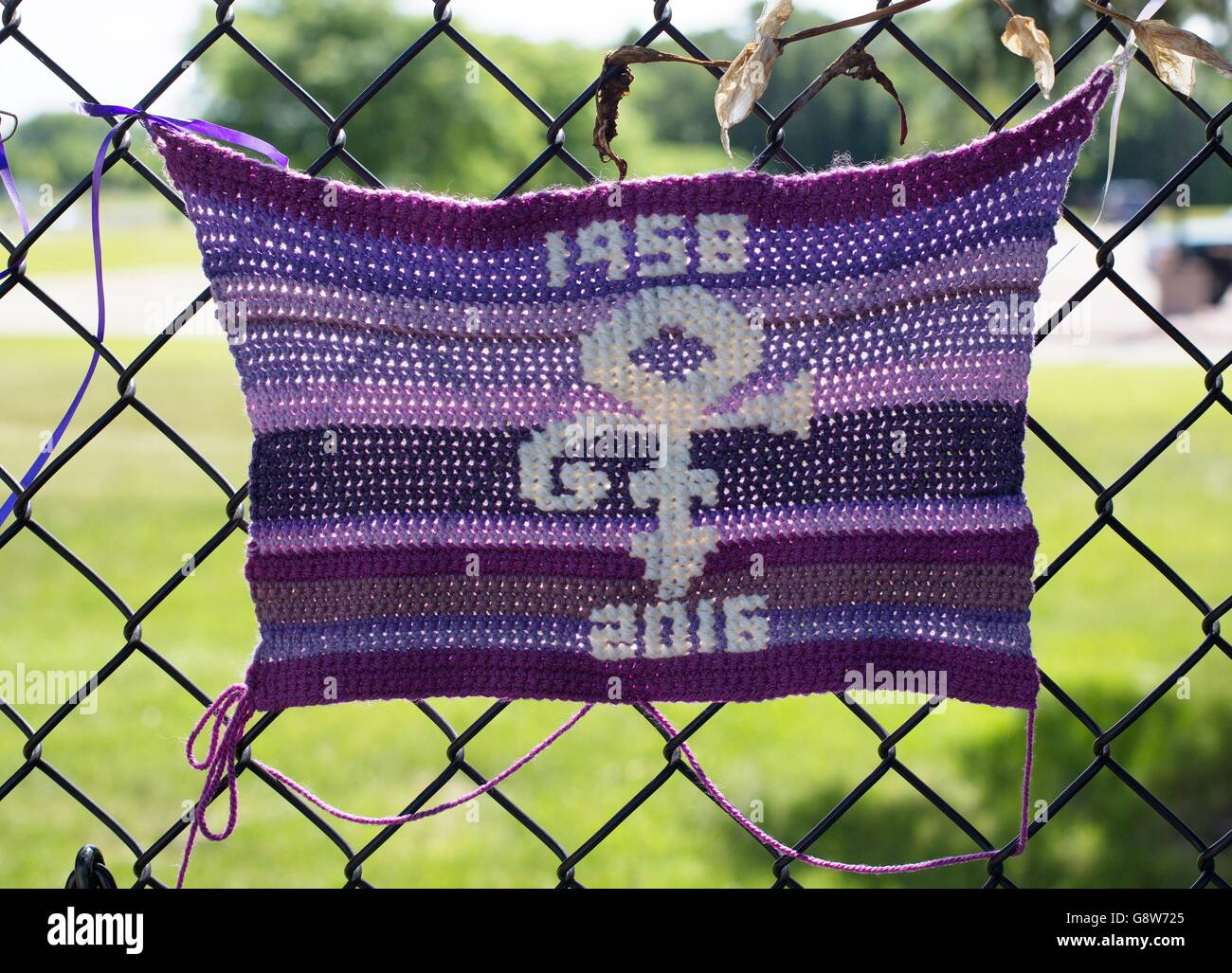 Memorial gifts and offerings to Prince from fans, on the fence around Paisley Park in Chanhassen, Minnesota, USA. - Stock Image