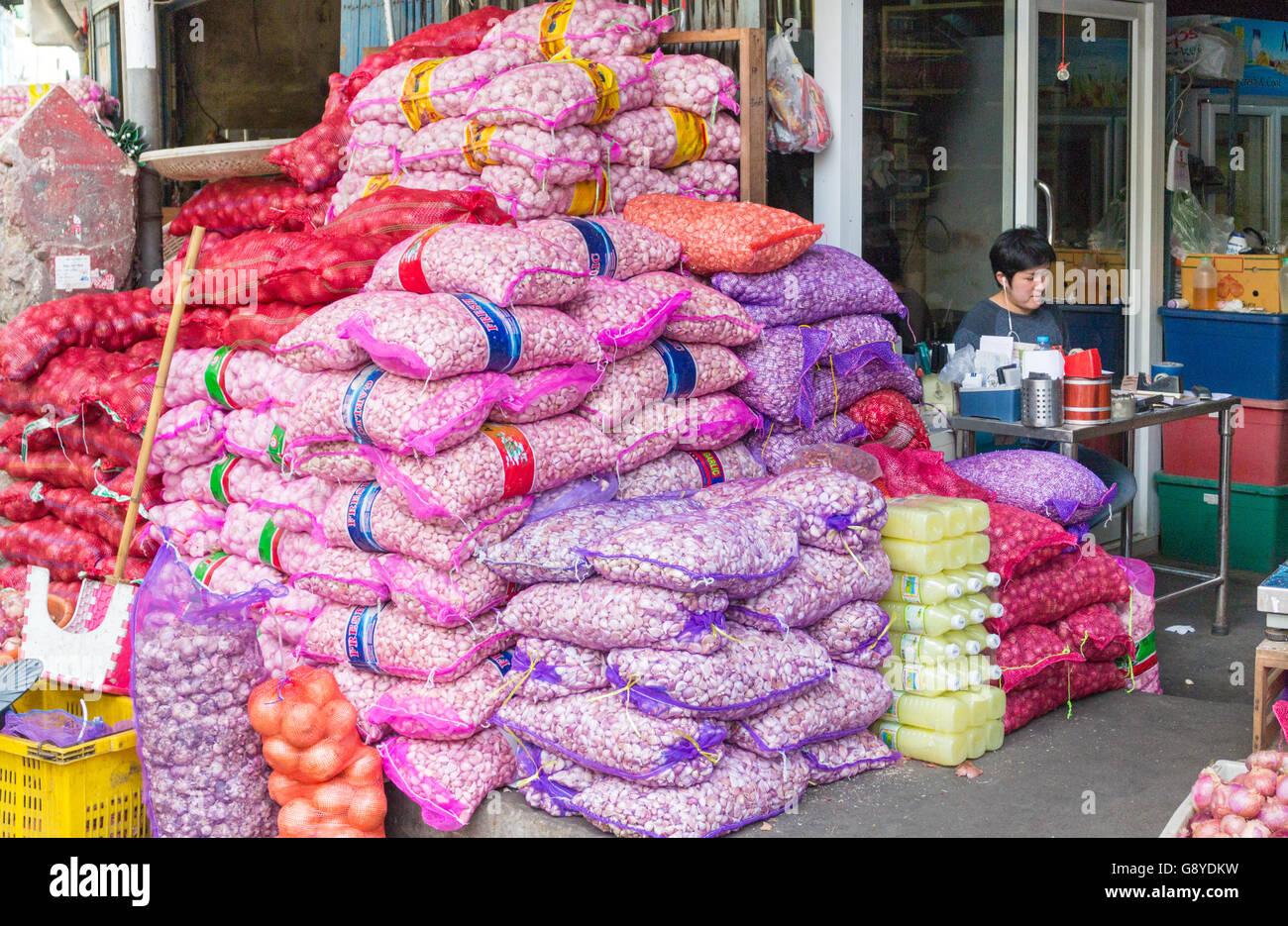 Sacks of onion and garlic, Pak Khlong Talat fruit and vegetable market, Bangkok, Thailand - Stock Image