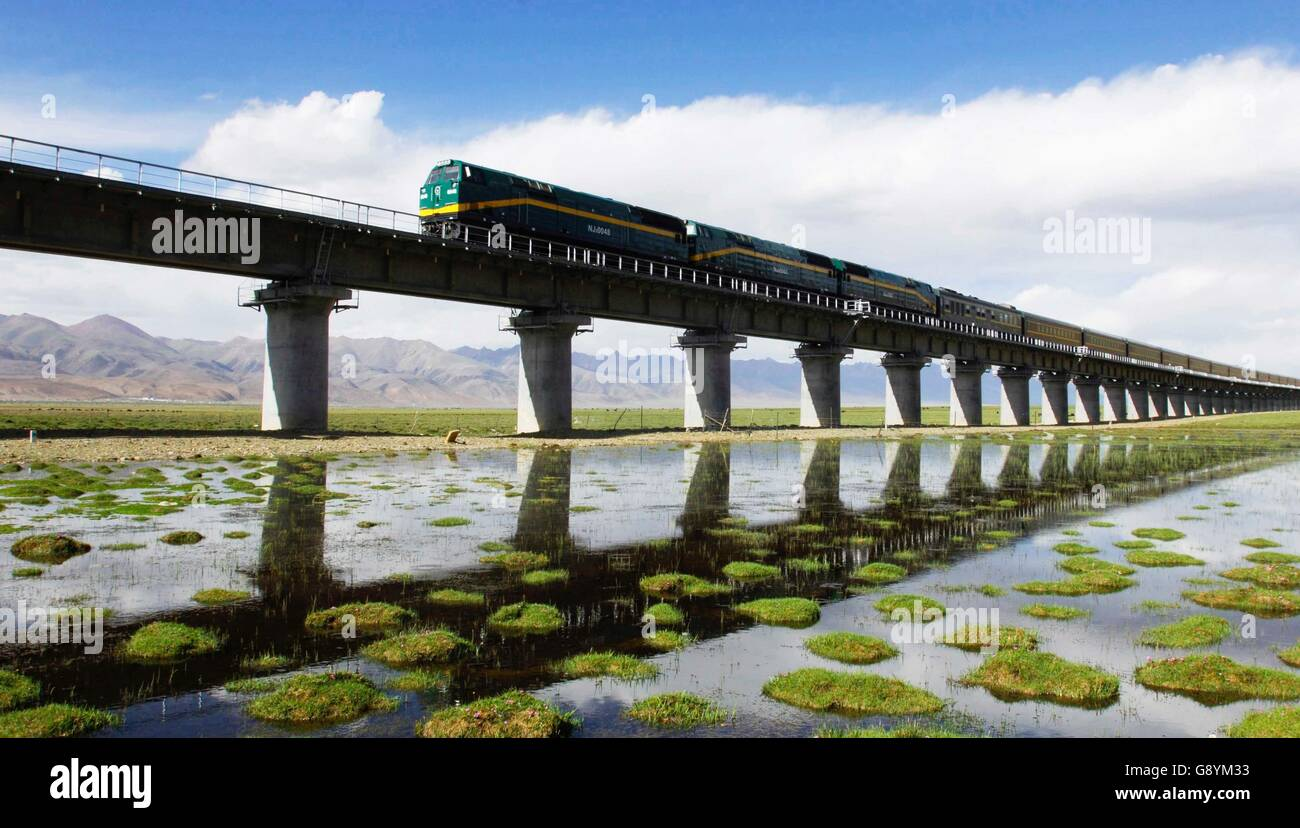 (160630) -- BEIJING, June 30, 2016 (Xinhua) -- Photo taken on June 26, 2016 shows a train running on the Qinghai - Stock Image