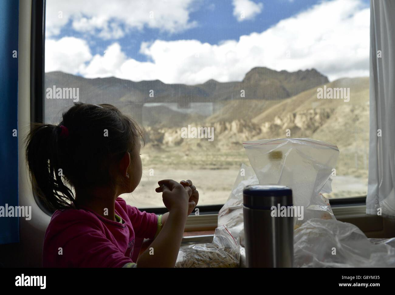(160630) -- BEIJING, June 30, 2016 (Xinhua) -- File photo taken on Aug. 1, 2015 shows a five-year-old girl viewing - Stock Image